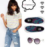 Лук с полосатой футболочкой, джинсами и слипонами
