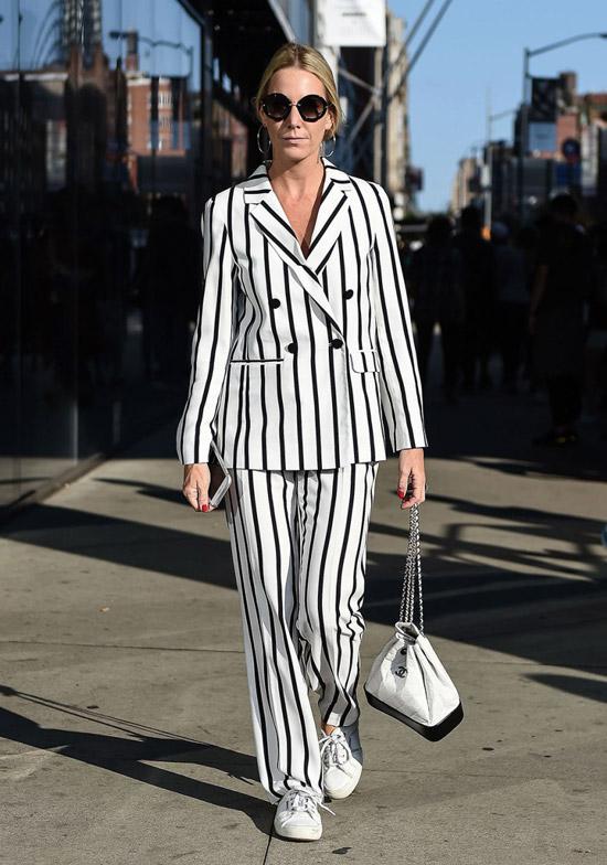 1 - девушка в черно белом полосатом костюме и кедах