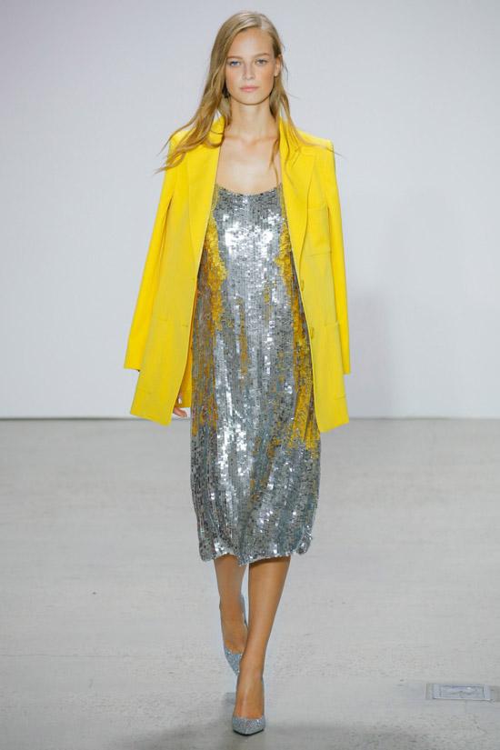 3 девушка в серебристом металлическом платье и желтом пиджаке