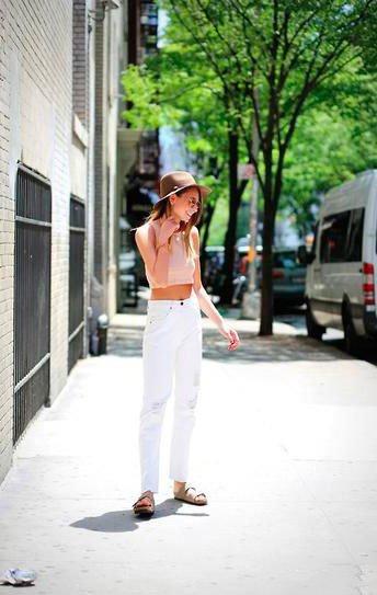 Белые джинсы с высокой талией и коротким топом