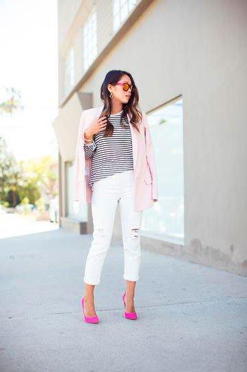 Белые джинсы с розовыми туфлями и светло розовым жакетом