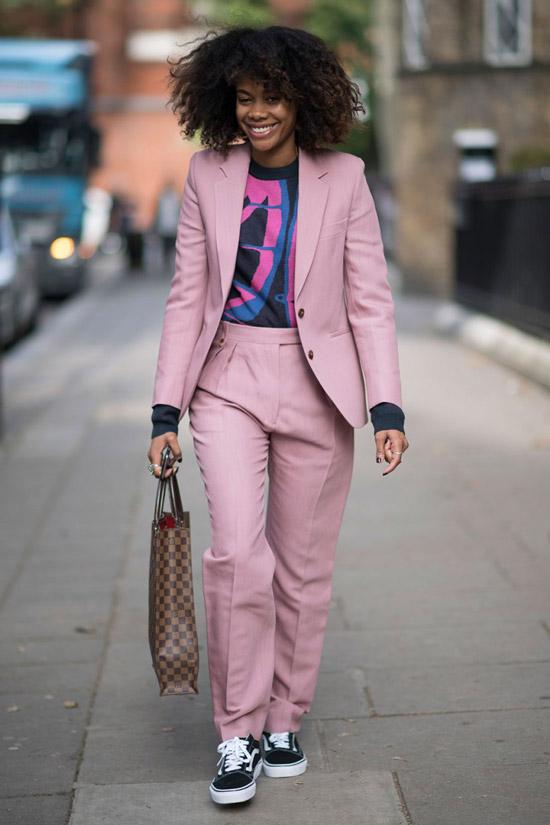 4 - девушка в розовом костюме и кедахванс