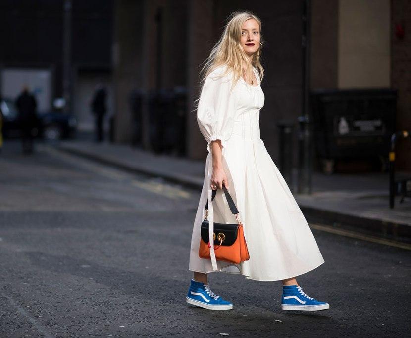 4 девушка в белом платье и синих кедах ванс
