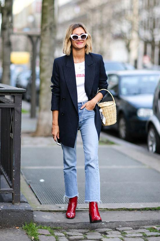 6 девушка в джинсах, синем пиджаке и футболке с принтом