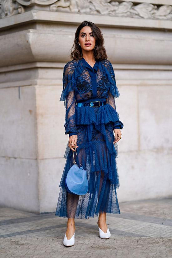 7 девушка в прозрачном кружевном синем платье и белых туфлях