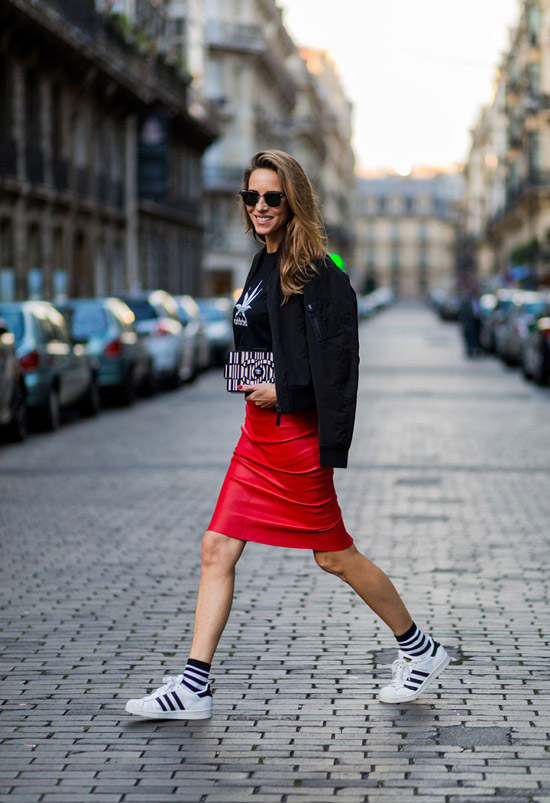 8 девушка в красной кожаной юбке и белых кроссовках