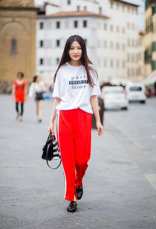 9 девушка в футболке с принтом и красных спортивных брюках