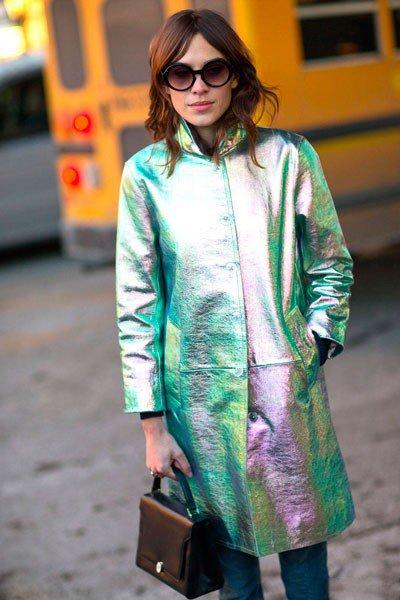 Alexa Chung, в плаще хамелионе, от Marc Jacobs