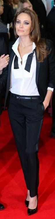 Анджелина Джоли в атласных, черных штанах и белой блузе в стиле вамп