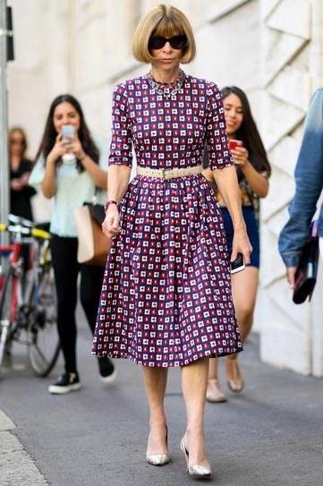 Анна Винтур в платье чуть ниже колен и туфлях на шпильке