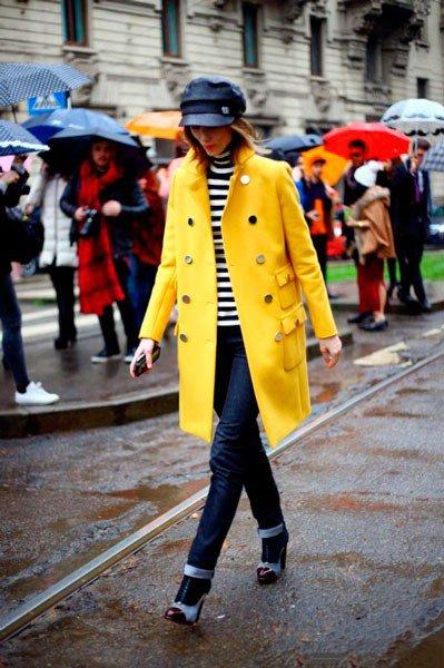 Anya Ziourova в желтом пальто и джинсах от Gucci. Неделя моды в Милане осень/зима 2015