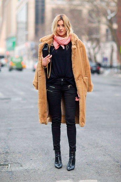 Camille Charrière, футболка заправленная в джинсы, очень по современному