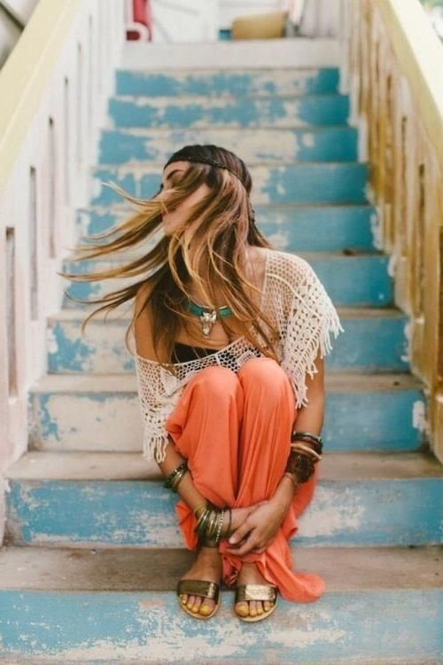 Девушка хиппи сидит на лестнице