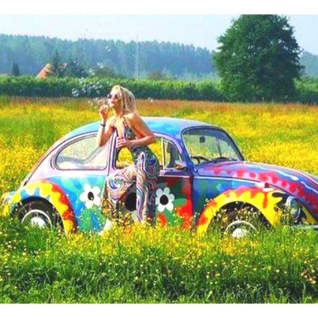 Девушка хиппи в комбинезоне-клешь радом с разрисованным фольксвагеном жук