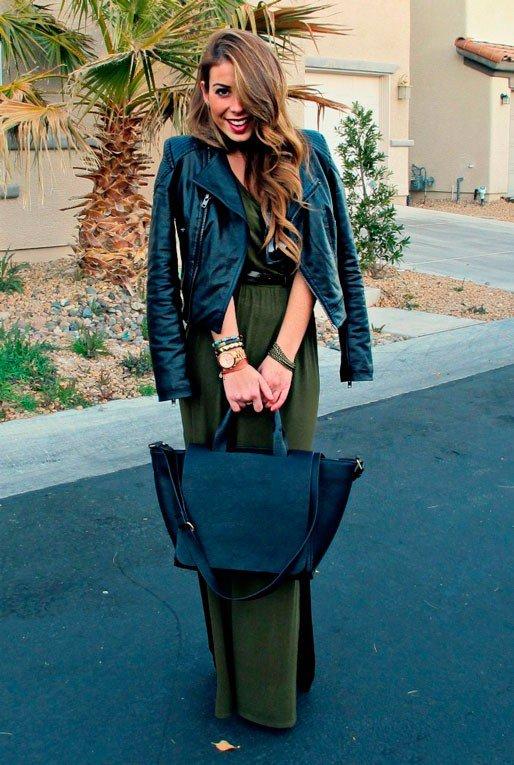 Девушка сочетает темно-зеленое платье с черной курткой и черной сумкой