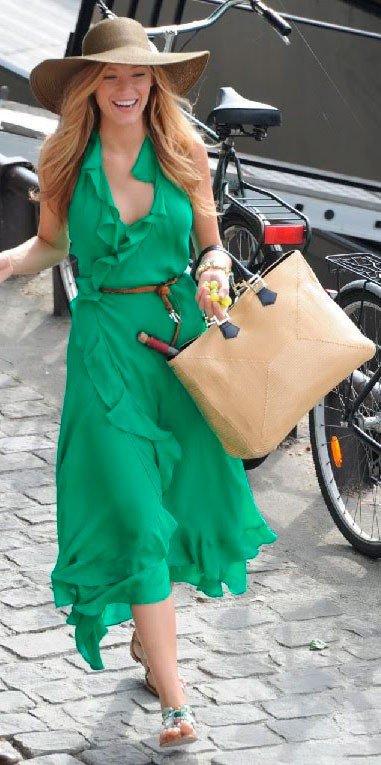 Девушка сочетает зеленое платье с бежевым