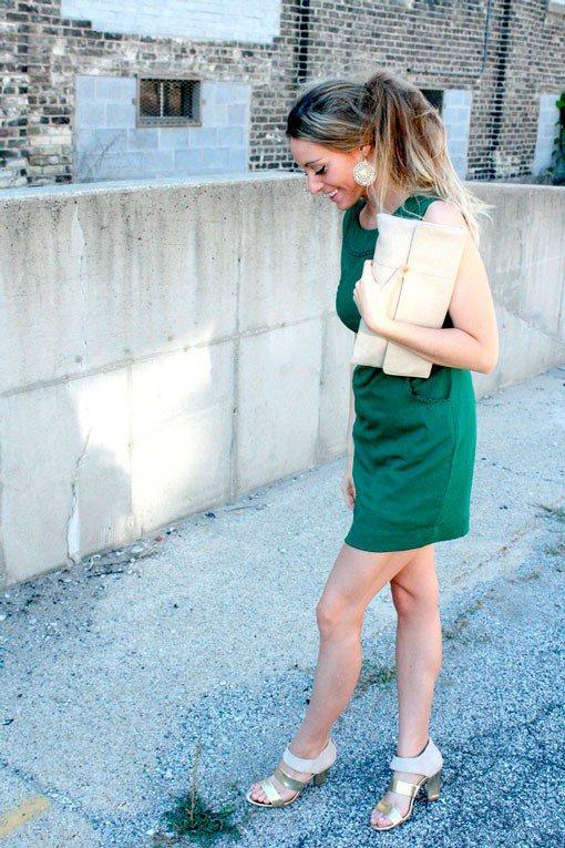 Девушка сочетает зеленое платье с бежевыми туфлями и аксессуарами
