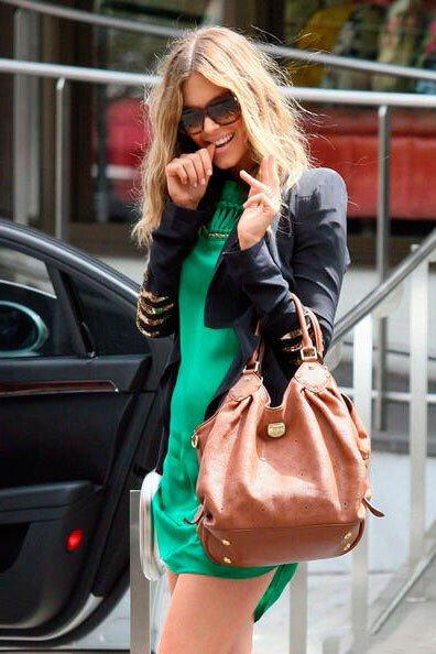 Девушка сочетает зеленое платье с черным пиджаком и черными солнцезащитными очками