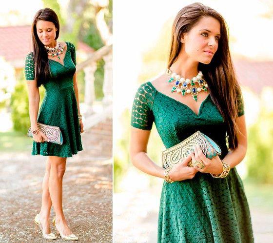 Девушка сочетает зеленое платье с золотыми украшениями, крупным ожерельем и золотистыми туфлями