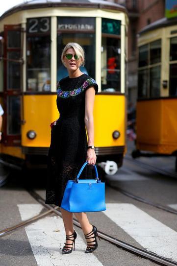 Девушка в ажурном, черном платье и босоножках на шпильке