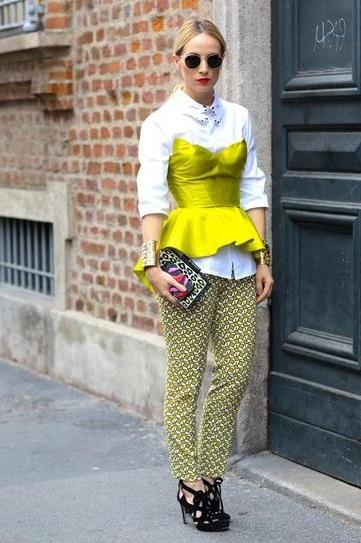 Девушка в белой блузе, неоново корсете и брюках с принтом