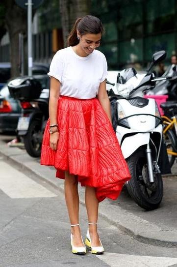 Девушка в белой футболке, пышной красной юбке и туфлях на платформе