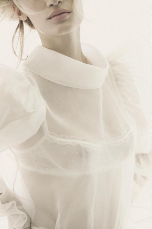 Девушка в белой полупрозрачной блузе