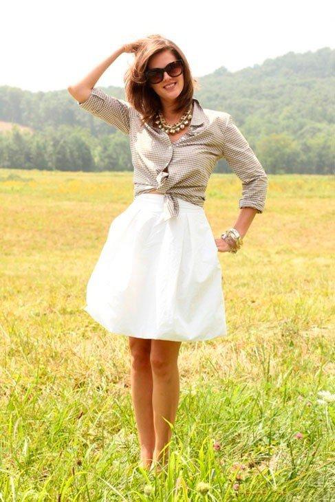 Девушка в белой юбке колоко и клетчатой рубашке
