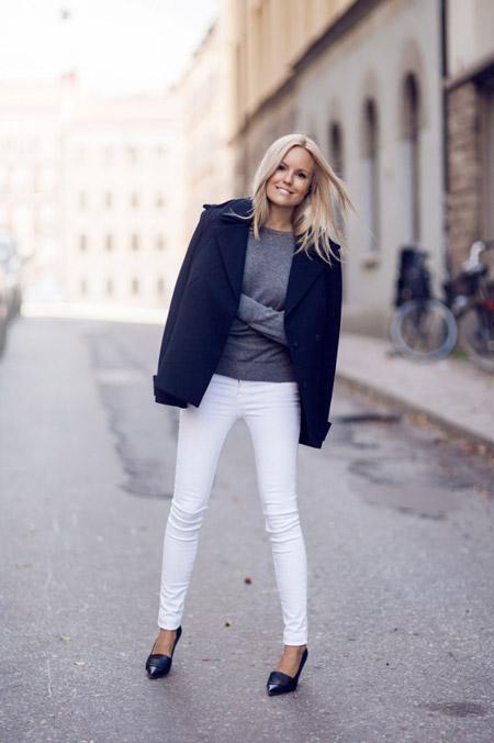 Девушка в белых джинсах, серый свитер и короткое пальто