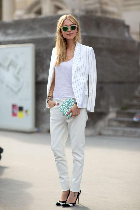 Девушка в белых джинсах, топ и пиджак в полоску