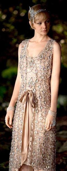 Девушка в бежевом платье в стиле гэтсби, расшитое украшениями