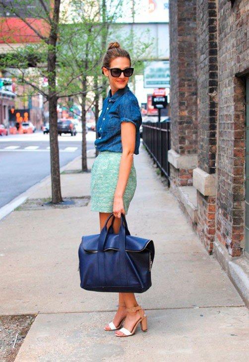 Девушка в бирюзовой юбке колокол и джинсовой рубахе