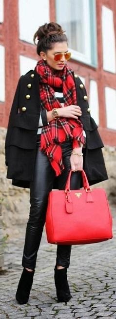 Девушка в черном, коротком пальто и шарфе в клетку