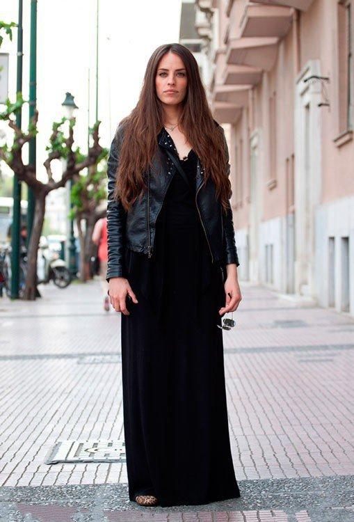 Девушка в черном макси платье и кожанке