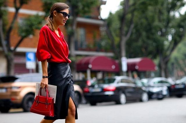 Девушка в черной, кожаной юбке с разрезом и шикарной красной блузе