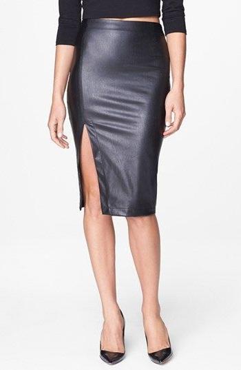 Девушка в черной кожаной юбке с разрезом в стиле вамп