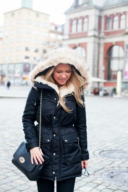 Девушка в черной куртке с капюшоном