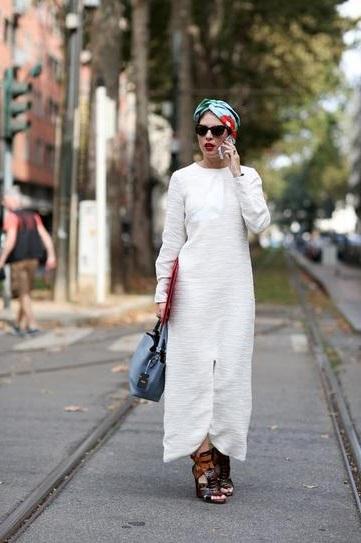 Девушка в длинном, белом платье с чалмой на голове