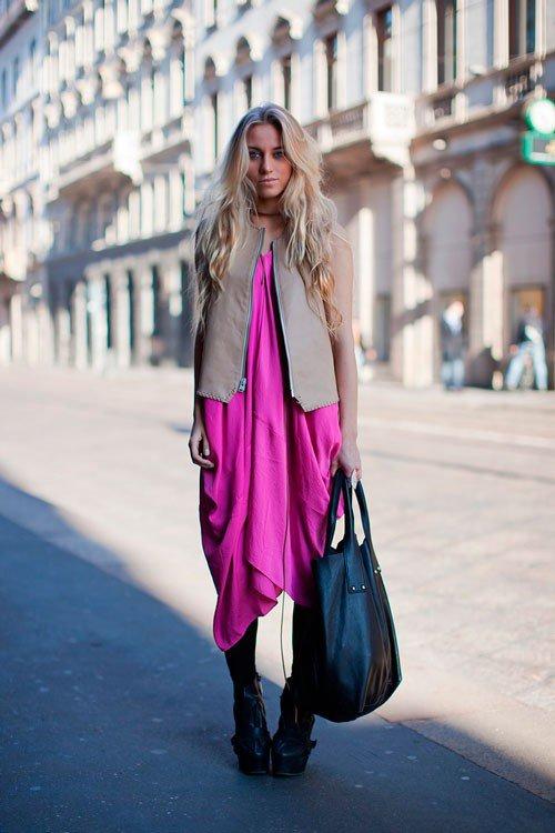 Девушка в длинном, фиолетовом платье с большой черной сумкой в руке
