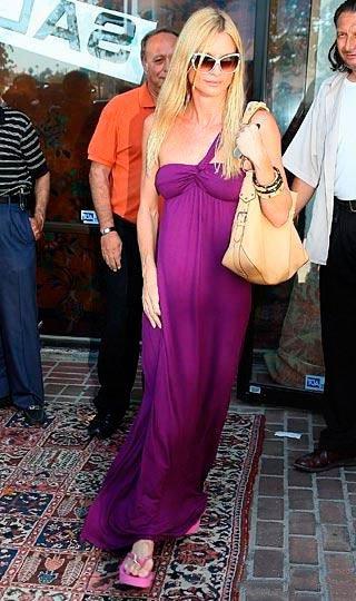 Девушка в длинном, фиолетовом платье в пол и розовых шлепках