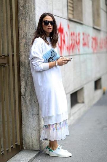 Девушка в длинном платье а поверх одет длинный свитер