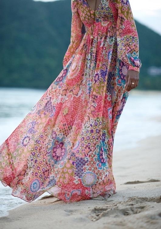 Девушка в длинном платье стиля хиппи