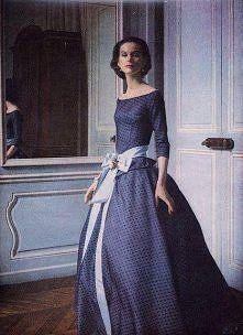 Девушка в длинном, ретро платье с широкой юбкой