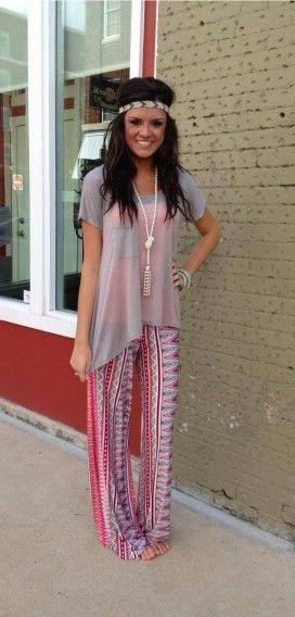 Девушка в длинных штанах, топе, ободом на голове и с босыми ногами