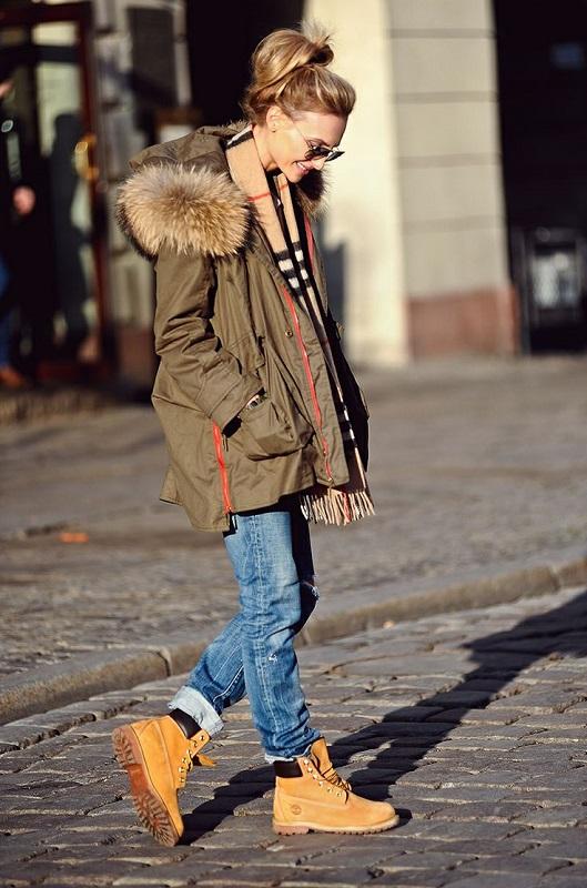 Девушка в джинсах бойфрендах, тимберлендах и куртке