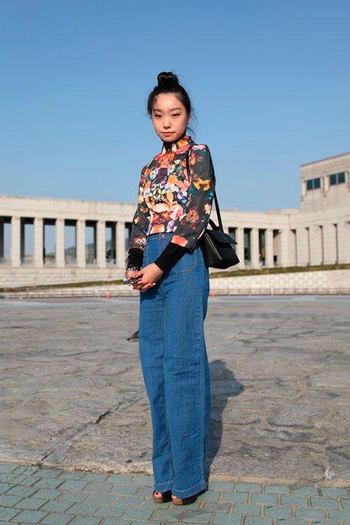 Девушка в джинсах до пола и цветочной блузе