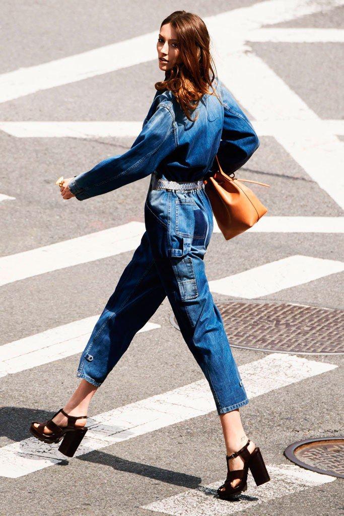 Девушка в джинсвом комбинезоне
