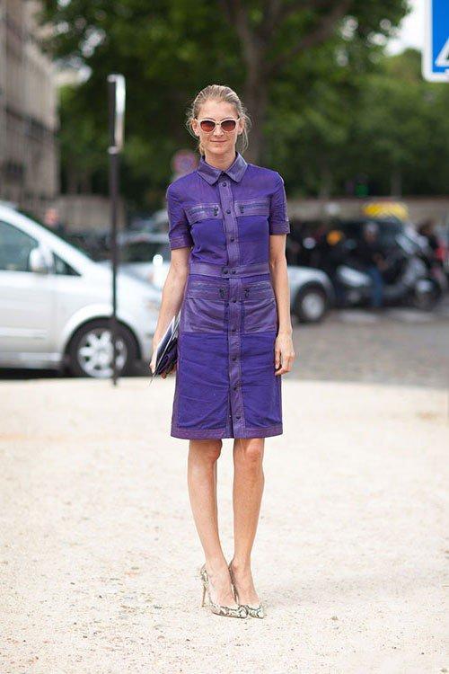 Девушка в фиолетовом платье, чуть выше колен и туфлях лодочках