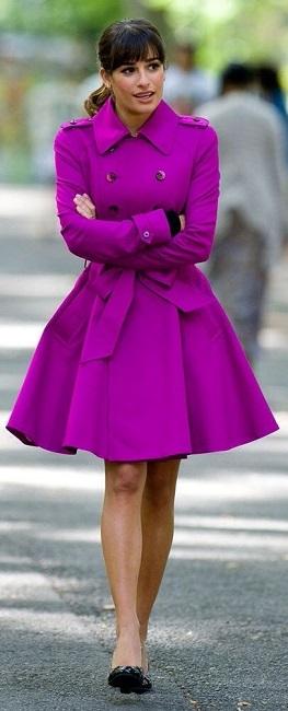 Девушка в фиолетовом тренче