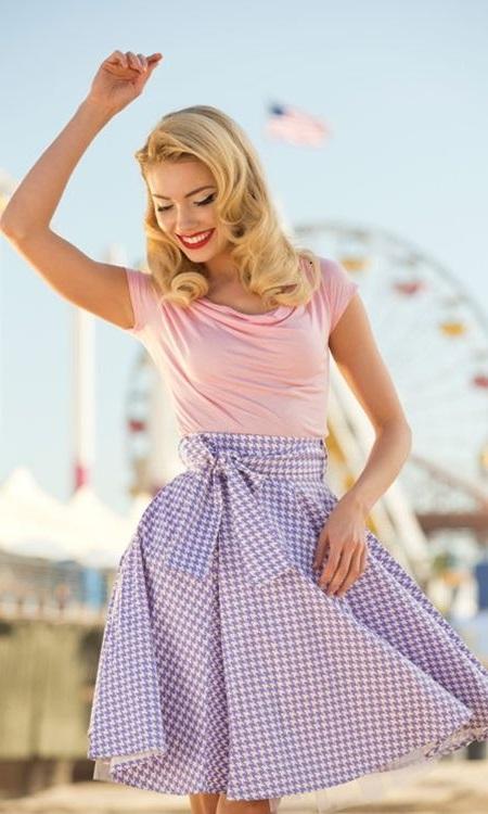 Девушка в фиолетовой юбке и бледно-розовом топе в ретро стиле